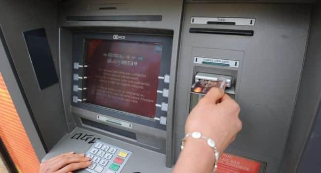 consulter son compte bancaire auprès d'un DAB